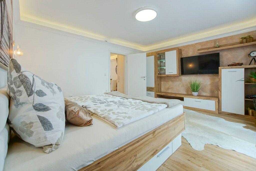 Schlafzimmer - Blick vom Bett zum Fernseher