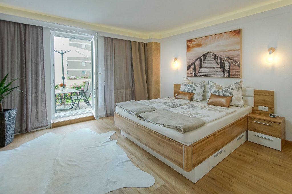 Schlafzimmer mit dem Zugang zur eigenen Terrasse